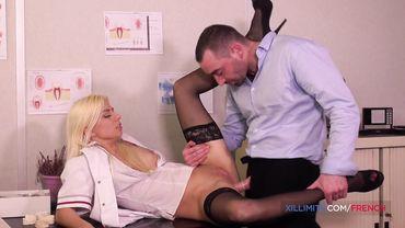 Красивую медсестру в чулках жестко выебал в жопу хуястый пациент