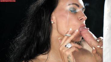 Сиськастая мамаша вальяжно курит и заглатывает толстый болт