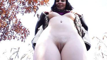 Жопастая телка с пирсингом сосков долбит себя дилдо на фоне осенней природы