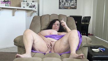 Жирнющая бабка курит и теребит свою щель перед камерой