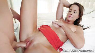Красивая зрелка с натуральной грудью Софи Мари изменяет мужу с его сыном