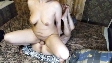 Русская мамаша с натуральной грудью подсадила своего мужа на страпон