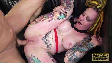 Татуированную мамашу жестоко ебут в горло и задницу по вторникам и четвергам