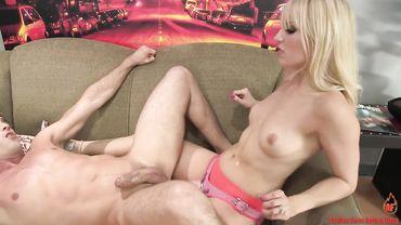Светловолосая госпожа с натуральной грудью Эшли Файрс жестко страпонит своего парня