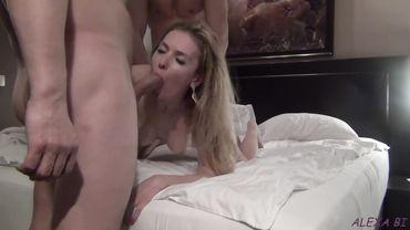 Муж делится своей горячей женой с лучшим другом на супружеской кровати