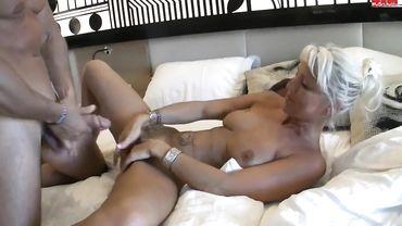 Зрелая немецкая мамаша делает турку любительский отсос на кровати и пьет его сперму