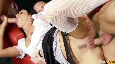 Худой служанке в секс-клубе устроили МЖМ толстыми членами