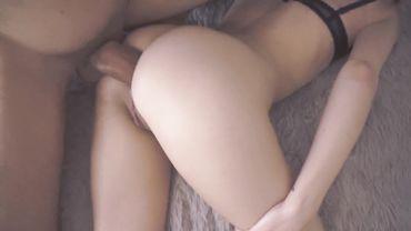 Худую самку трахают в жопу гигантским хуем от первого лица