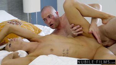 Худую секси-бабенцию Эмму Хикс проебали в бритое влагалище перед работой