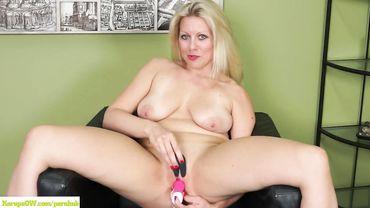 Распутная теща пытается соблазнить зятя, доводя свое влагалище до оргазма розовым дилдо